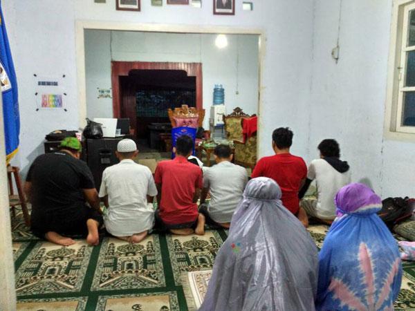 Para pegurus DPD II KNPI Kotamobagu yang muslim saat melaksanakan Sholat Magrib bersama di Sekertariat KNPI Kota Kotamobagu