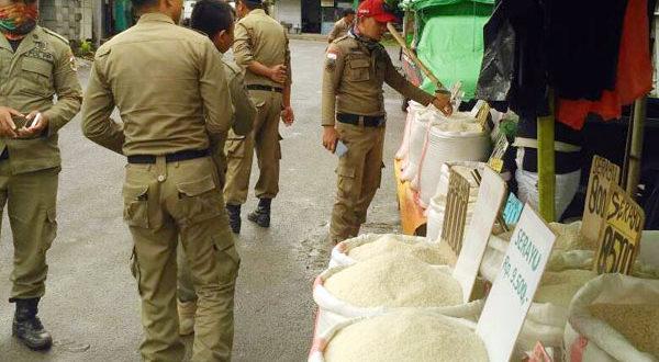 Satpol PP Kotamobagu saat menertibkan sejumlah pedagang beras di pasar 23 maret
