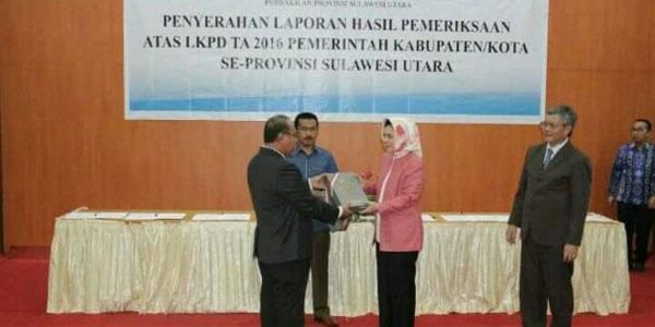 Walikota Kotamobagu Ir. Hj. Tatong Bara saat menerima Predikat WTP dari BPK RI wilayah Sulut