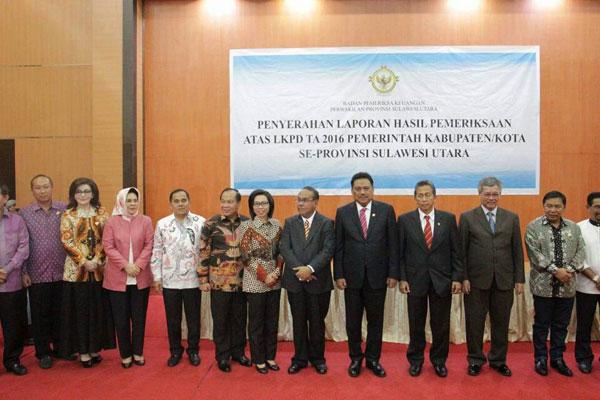 foto bersama dengan bupati/walikota se- Sulut dalam agenda Penyerahan Laporan Hasil Pemeriksaan Atas LKPD TA 2016 Pemerintah Kabupaten/Kota Se- Provinsi Sulawesi Utara