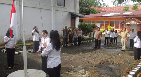 Seluruh Komisioner sekaligus jajaran Staf sekertariat KPU Kotamobagu tampak dalam foto saat menggelar Upacara Peringatan Hari Lahirnya Pancasila
