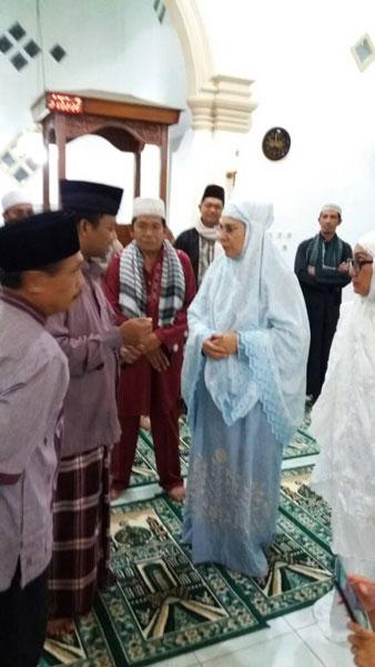 Walikota Kotamobagu Ir. Hj. Tatong Bara saat berbincang dengan para pegawai Sar'i se- usai sholat tarwih berjamaah di masjid Assalsabil Kelurahan Kotobangon