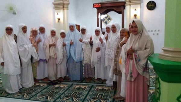 Walikota Kotamobagu saat foto bersama dengan jamaah Masjid Assalsabil Kelurahan Kotobangon se- usai sholat Tarwih Berjamaah