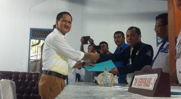 Hi. Abdul Kadir Mangkat, SE saat mengembalikan form pendaftaran sebagai calon Walikota 2018-2023 di sekertariat PAN