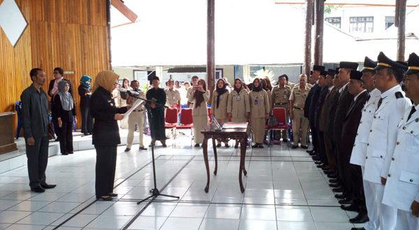 Walikota Kotamobagu Ir. Hj. Tatog Bara saat melantik dan mengambil sumpah kepada sejumlah pejabat eselon I, II dan III dalam pelantikan pejabat OPD yang baru