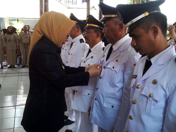 Penyematan Pangkat kepada para Camat dan Lurah yag baru saja dilantik Oleh Walikota Kotamobagu Ir. Hj. Tatong Bara