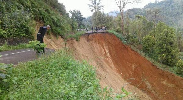 Kondisi ruas jalan Badaro yang putus akibat Longsor