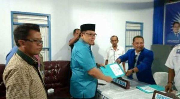 Hi. Nasrun Koto, SH saat megembalikan form pendaftaran sebagai Calon Walikota/Cawawali di ajang pilwako 2018-2023