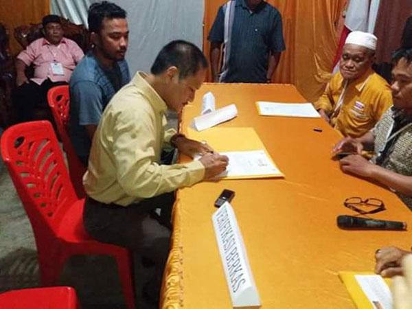 AKM saat mengembalikan berkas pendaftaran Pencalonan di partai Hanura sebagai Balon Walikota Kotamobagu pada hajatan Pilwako 2018-2023