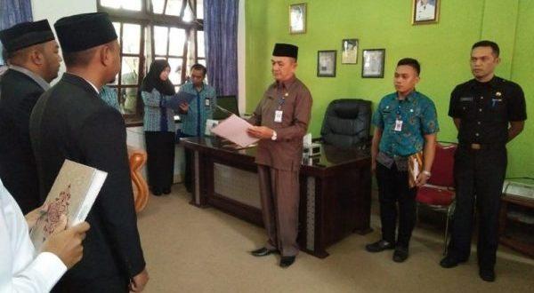 Asisten I Pemkot Kotamobagu Drs. Hi. Nasrun Gilalom saat melantik ke Empat pejabat Eselon IV yag baru