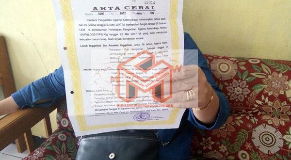 HT Alias Har saat berada di polsek Urban Kotamobagu waktu sedang menunjukan akte Cerai hasil gugatan mantan suaminya yang diduga palsu