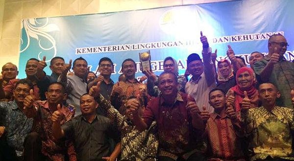 Foto kegembiraan Walikota dengan para Pimpinan SKPD sekaligus Anggota DPRD Kotamobagu saat menerima Piala Adipura Buana 2017 di hari Lingkungan Hidup RI