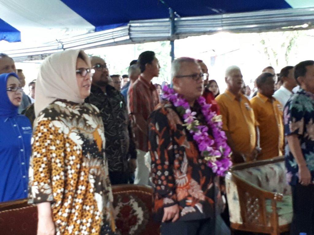 Tampak Ketua KPU RI di dampingi langsung oleh Walikota Kotamobagu dalam helatan acara sosialisasi Pilwako 2018 di halaman kantor KPU Kotamobagu