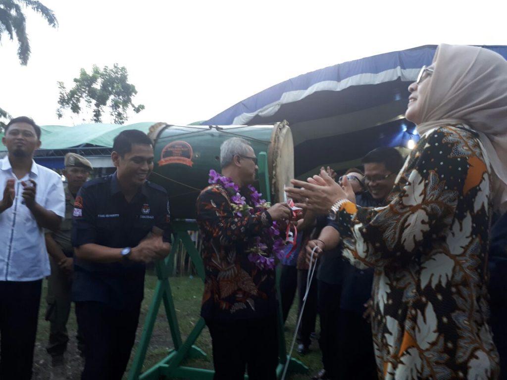 Ketua KPU RI saat melepas Ratusan Balon dan memukul beduk tanda Sosialisasi Tahapan Pilwako 2018 di buka dengan resmi