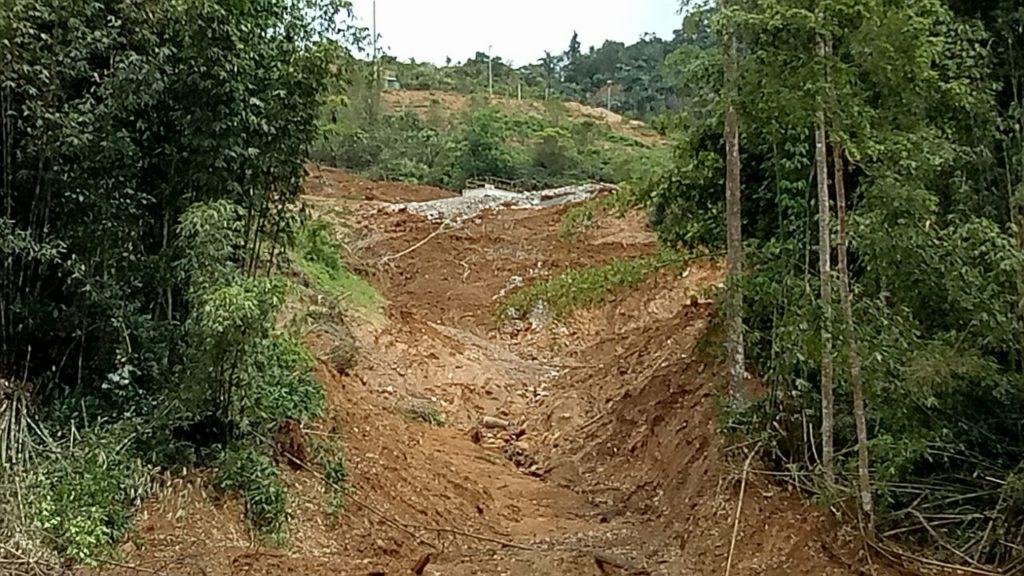 Kondisi longsor yang terjadi di lokasi site bakan dari bulan agustus dan belum ada penanganan dari pihak perusahaan