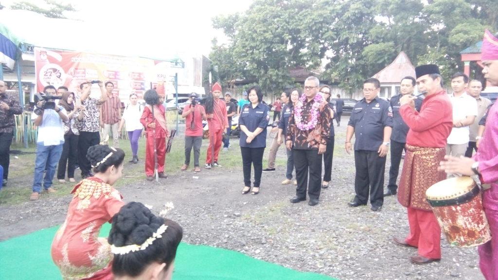 Ketua KPU RI saat di dampingi Ketua KPU Sulut dan Ketua KPU KK pada kegiatan Sosialisasi tahapan pilwako 2018