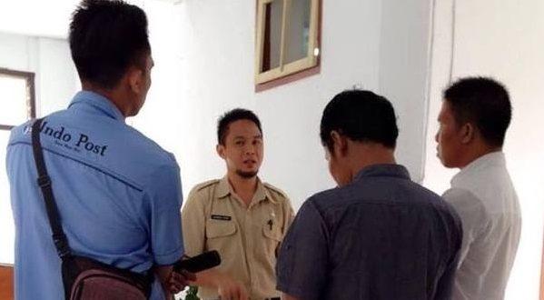 Ahmad Yani Umar, Selaku Plt Kadis Kominfo yang edang asik bercengkrama dengan para pewarta
