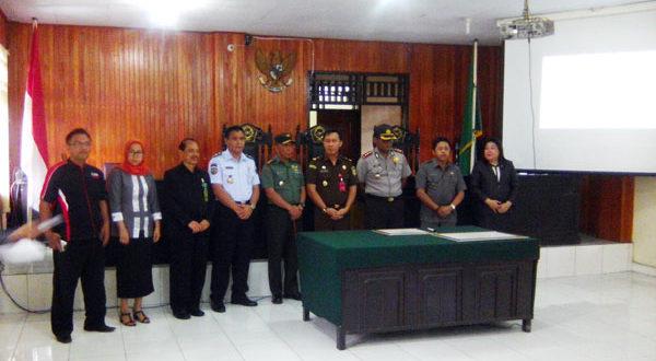 Wabup Boltim Drs. Rusdi Gumalangit saat mengahadiri penandatanganan zona integritas di PN Kotamobagu