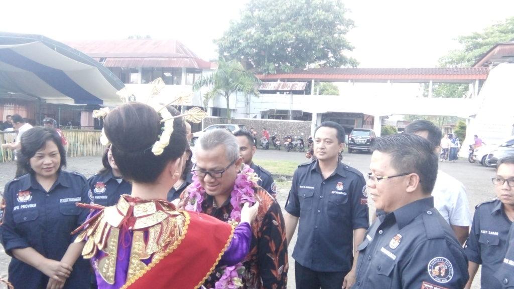 Ketua KPU RI Arief Budiman Saat di kalungkan bungan oleh uyo nanu kotamobagu pada acara penjemputan di acara sosialisasi KPU KK
