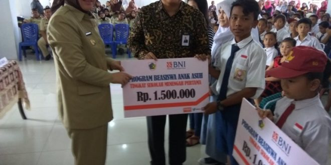 Walikota Kotamobagu saat memberikan bantuan anak asuh