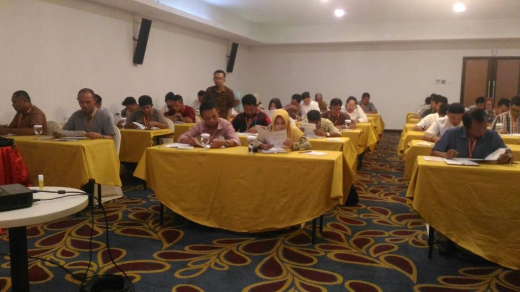 Foto para peserta calon anggota panitia pengawas pemilu kecamatan saat melakukan tes tertulis di di aula kinalang hotel sutan raja sore tadi
