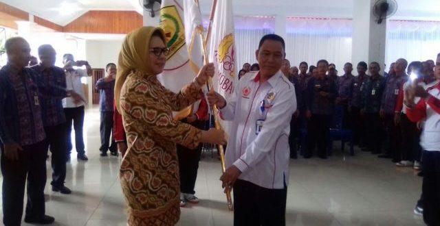 Walikota Kotamobagu saat memberikan bendera pataka olahraga ke Kadis Pora KK pada acara pelepasan kontingen beberapa hari lalu