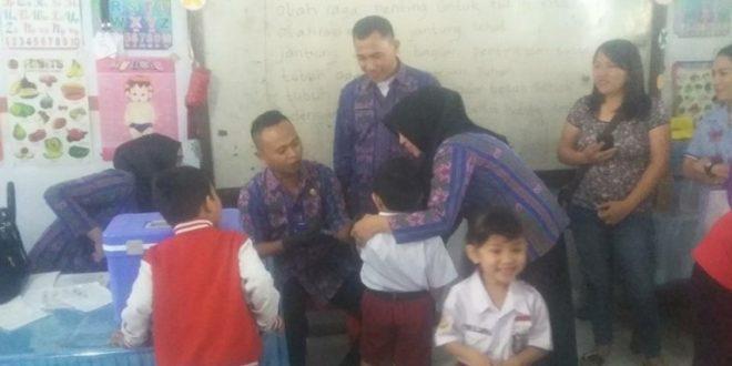 Dinkes Kotamobagu saat turun di tiap-tiap Sekolah dasar di bawah pimpina langsung Kadis dr. Haris Mongilong untuk imunisasi siswa