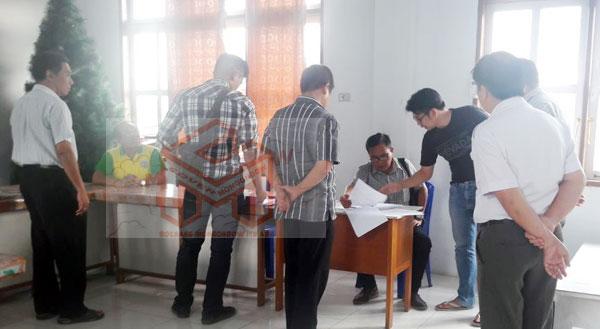 Penyidik Polres BM yang dipimpin langsung oleh AKP Hanny Lukas, SE saat melakukan pemeriksaan kepada dua Dokter di RSU Monompia Kotamobagu