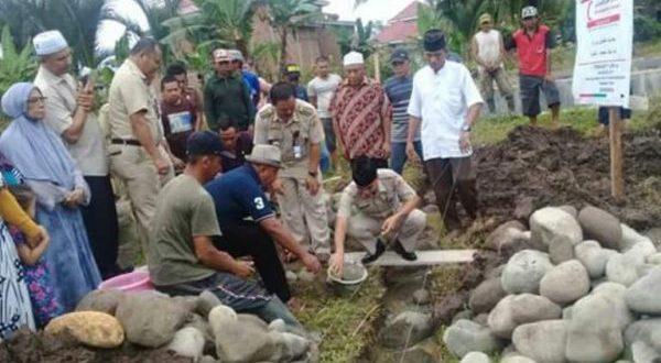 Sekkot Kotamobagu saat meletakan batu pertama Musholah An'Nur Pobundayan