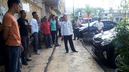 Sekkot Kotamobagu sedang asik tukar pikiran dengan para ASN sekaligus petugas kebersihan seusai bersih-bersih untuk menjemput Tim Penilai Adipura