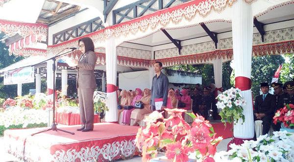 Walikota Kotamobagu Ir. Hj. Tatong Bara saat menjadi irup pada upacara Hari Pahlawan 10 November 2017