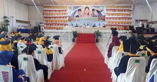 Para Santri saat menghadiri acara Wisuda Khataman Al'Quran di Gedung Sity Barokah
