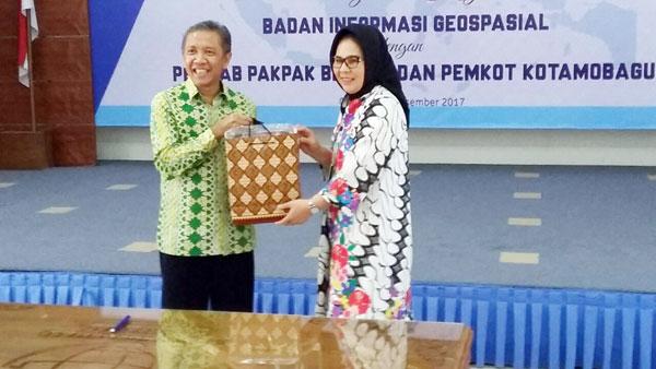 Walikota Kotamobagu saat menerimah bingkisan dari Kepala Badan Informasi Geospasial