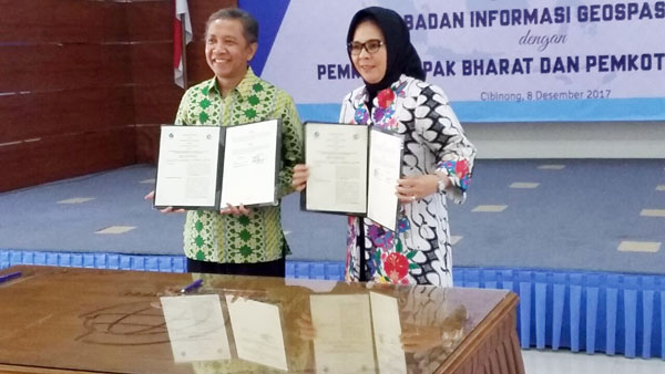 Walikota Kotamobagu Ir Hj Tatong Bara saat seusai menandatangani kesepakatan bersama dengan kepala Badan Informasi Geospasial