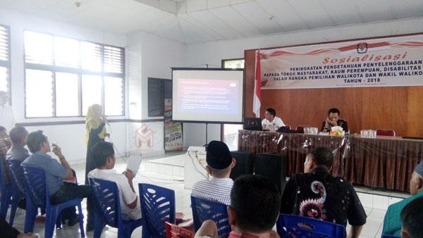 Keterwakilan Pemilih Kaum Perempuan saat memberikan pertanyaan kepada kedua komisioner KPUD Kotamobagu terkait tata cara pemilih