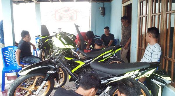 Manager Pourung Jr ART dan para pembalap sekaligus Macanik saat mengecek kesiapan mesin Motor untuk persiapan Race di Road Race Piala Bupati Limboto