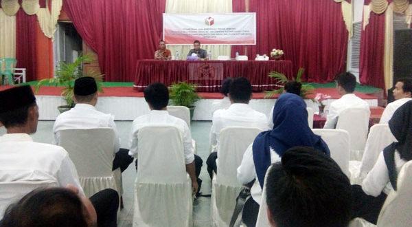 Dr Musly Mokogita SH MH selaku Ketua Panwaslu Kotamobagu saat memberikan materi tatacara pengawas kepada 33 Anggota PPL malam tadi