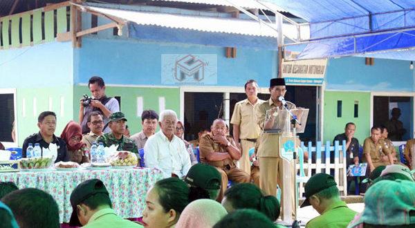 Bupati Boltim saat memberikan sambutan pada acara penyerahan secara simbolis Kartu Indonesia Sehat & Kartu Indonesia Pintar