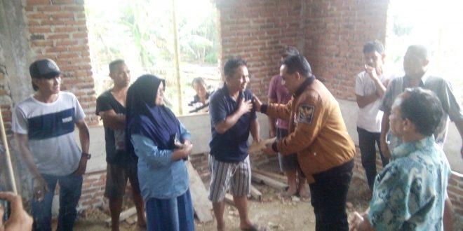saat Benny Rhamdani Menyerahkan bantuan berupa uang tunai untuk keperluan pembelian semen sejumlah 100 bantal untuk pembangunan masjid al'majahiri Desa Bintau
