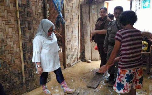 Saat Ketua Tim Penggerak PKK Boltim Ny Nursiwin Lanjar Dunggio melihat kondisi rumah warga Desa Molobog yang diterjang banjir