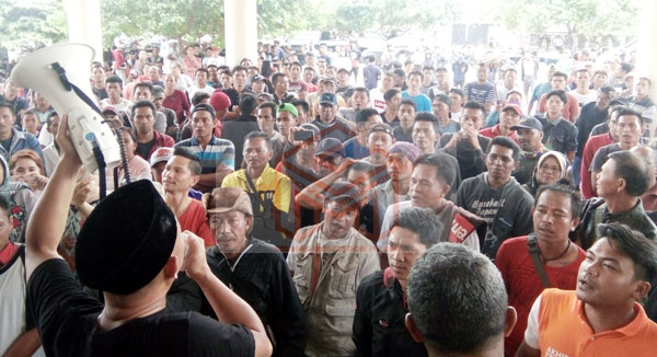 Aksi Unjuk Rasa Penambang Bakan di Kantor DPRD Bolmong