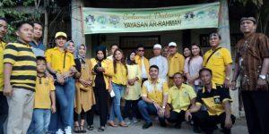 Seluruh Caleg dan Simpatisan seakaligus pengurus partai Golkar Bolmong saat menyerahkan sedekah bantuan di panti asuhan pononiungan dan ar'rahman
