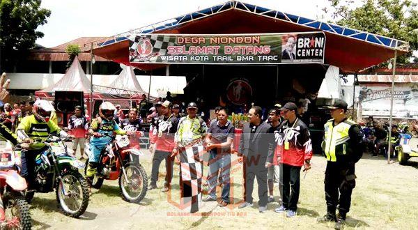 Ketua Panitia Wisata Kota Trail BMR Track, Kompol Ruswan Buntuan saat mendapingi Wakil Bupati Boltim saat melepas peserta Rally Dakar Motto Cross