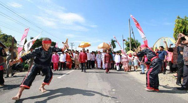 Penjemputan Adat kepada Bupati Definitif Iskandar Kamaru, SPt oleh Suku Adat Bolango