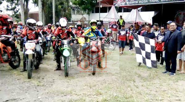 BRANI saat melepas peserta Rally Dakar Motto Cross di kegiatan Wisata Kota Trail BMR Track