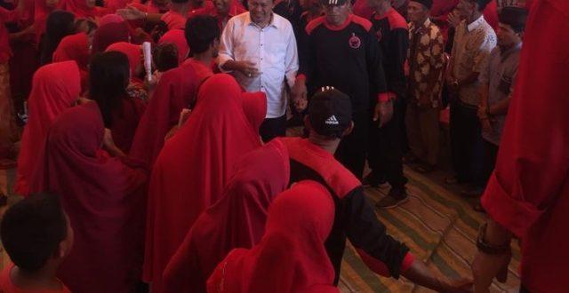 Hi. Herson Mayulu (H2M) saat dijemput dan diarak masuk ke arena kampanye dialogisnya oleh ribuan masa simpatisan partai banteng moncong putih yang berada di kecamatan Lolayan Kab Bolmong