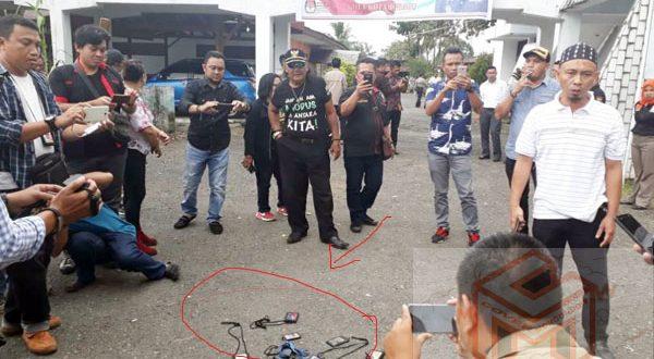 Aksi Jurnalis di depan kantor KPU Kotamobagu seusai Kunjungan Kapolda Sulut