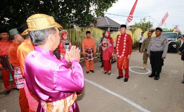Penjemputan Secara Adat kepada Bupati Bolsel Iskandar Kamaru dalam perayaan HUT ke- 16 Kecamatan Posigadan Kabupaten Bolaang Mongondow Selatan