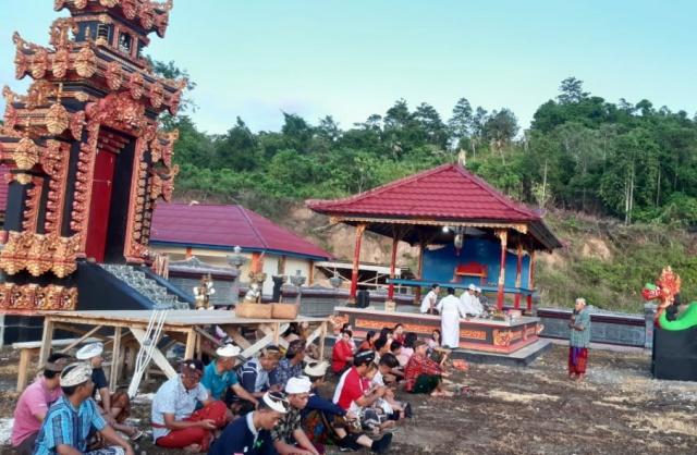 Warga Hindu saat melakukan PISB di Pura Panango